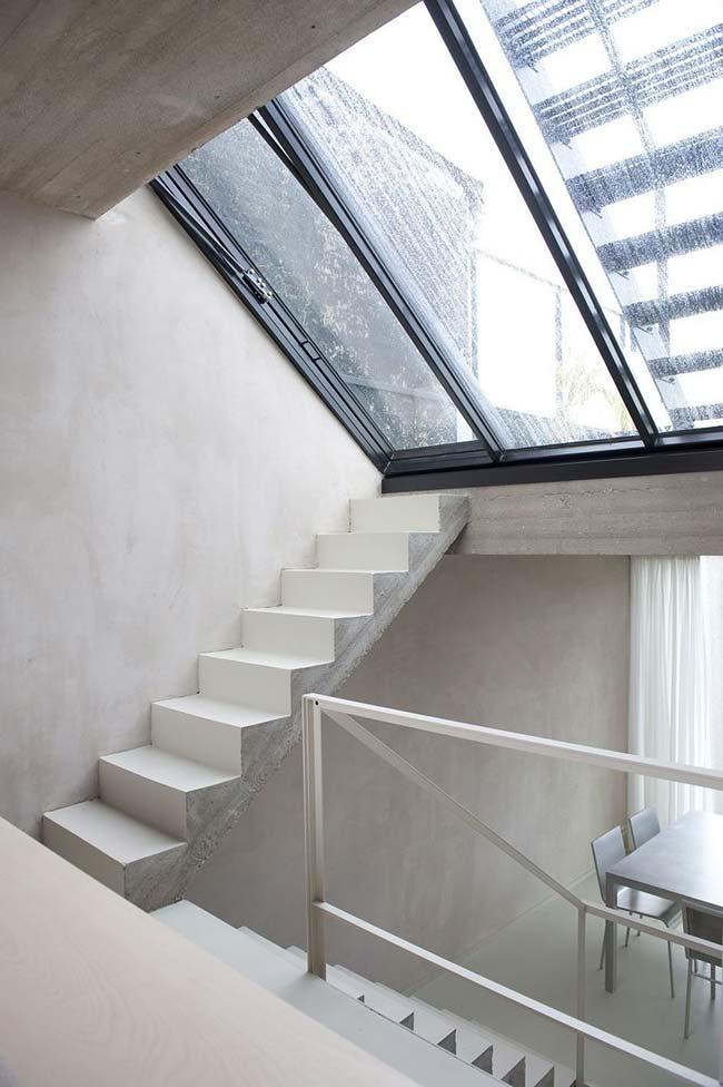Escada de concreto pintada de branco
