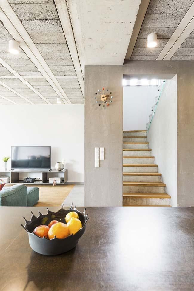 Escada de concreto com degraus de madeira