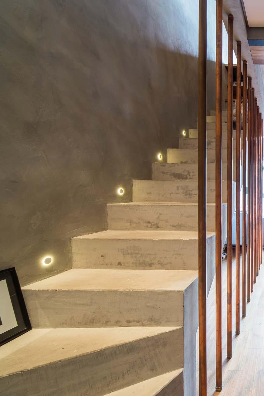 Luzes baixas para escada de concreto