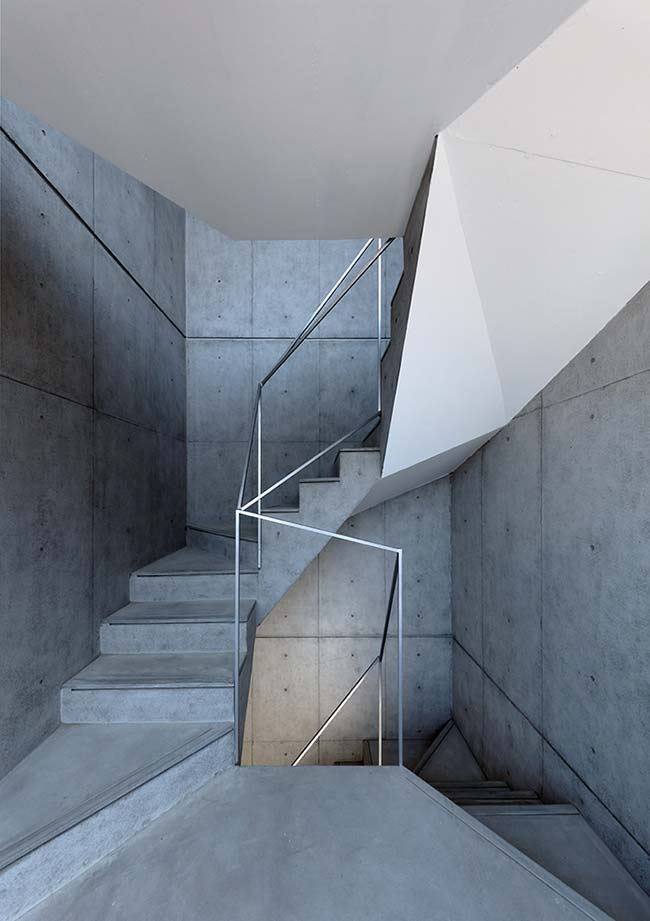 Escada de concreto da mesma cor da parede