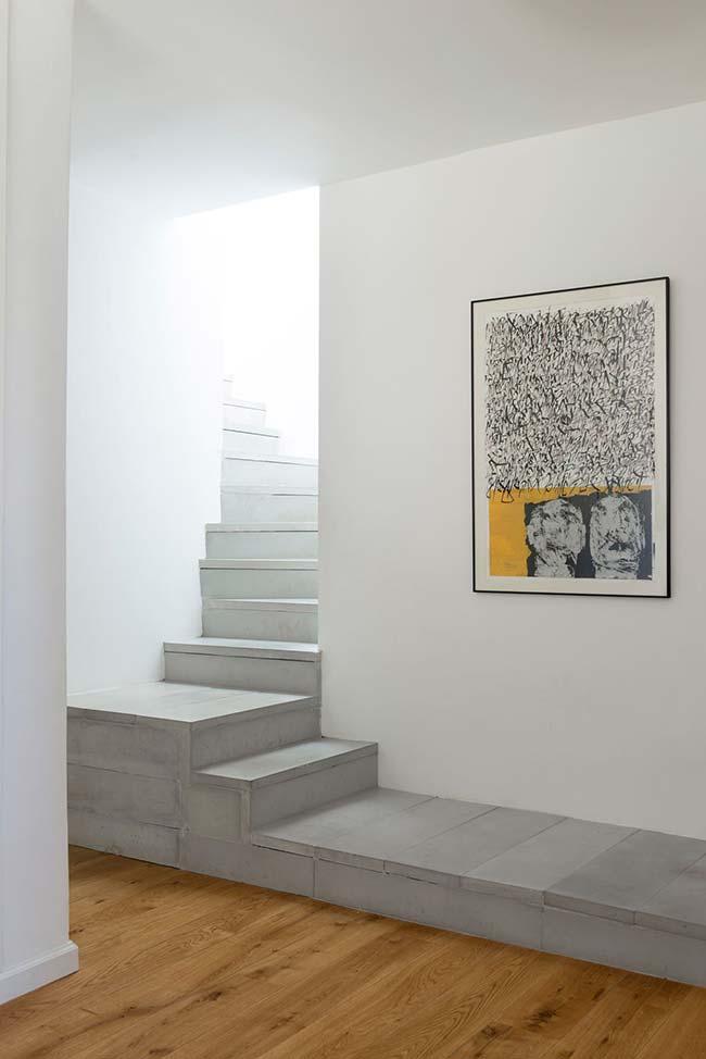 Deck de concreto junto a escada