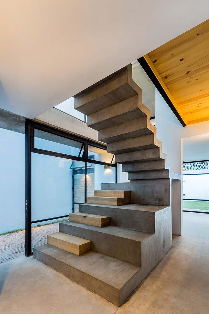 Degraus avulsos de madeira na escada de concreto