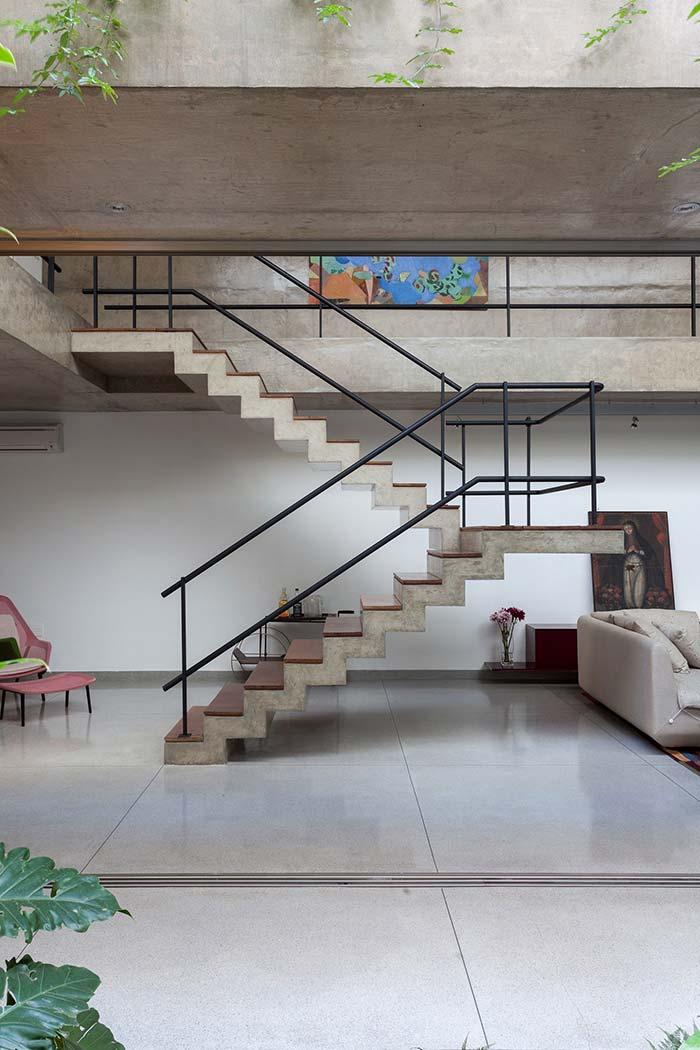 Escada de concreto na sala