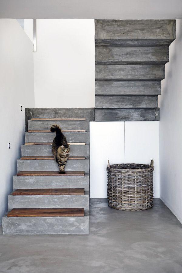 Escada de concreto com tábuas de madeira menores