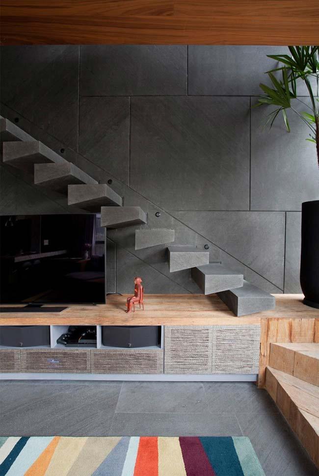 Móvel embaixo da escada de concreto
