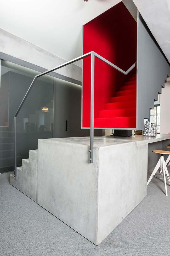 Pequena escada de concreto que dá acesso a outra escada