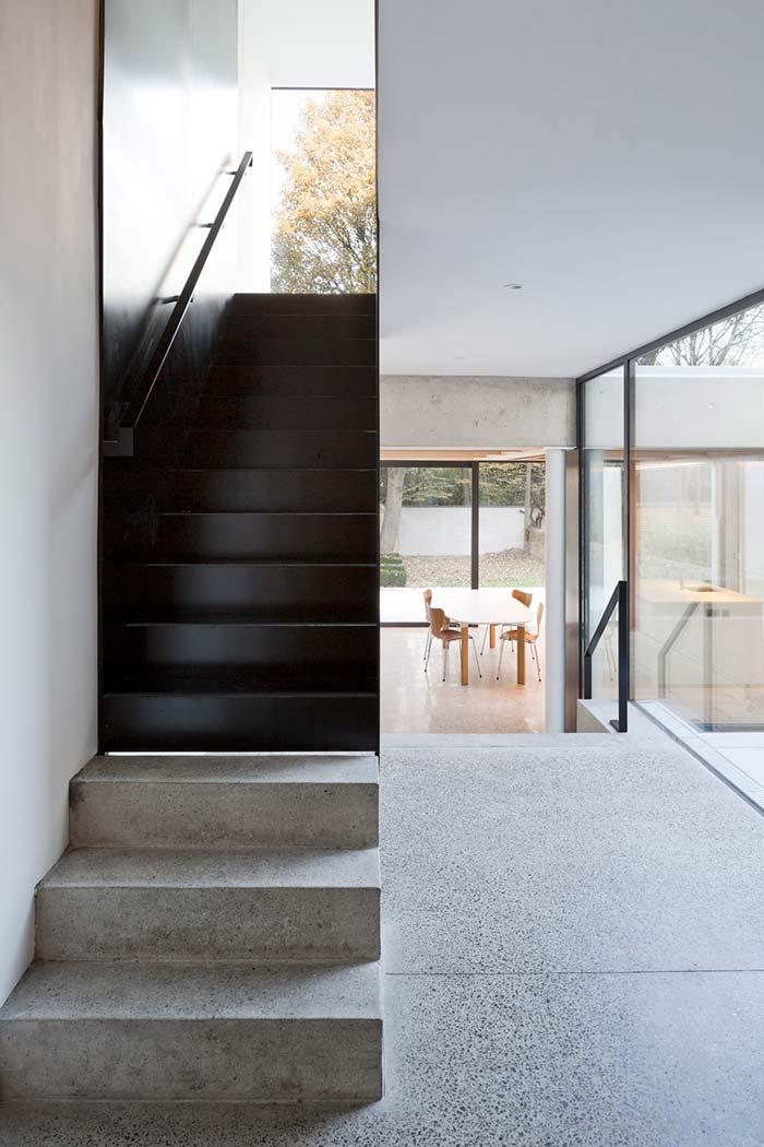 Escada reta de madeira e concreto