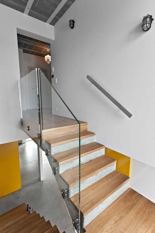 Piso de madeira acompanha a escada