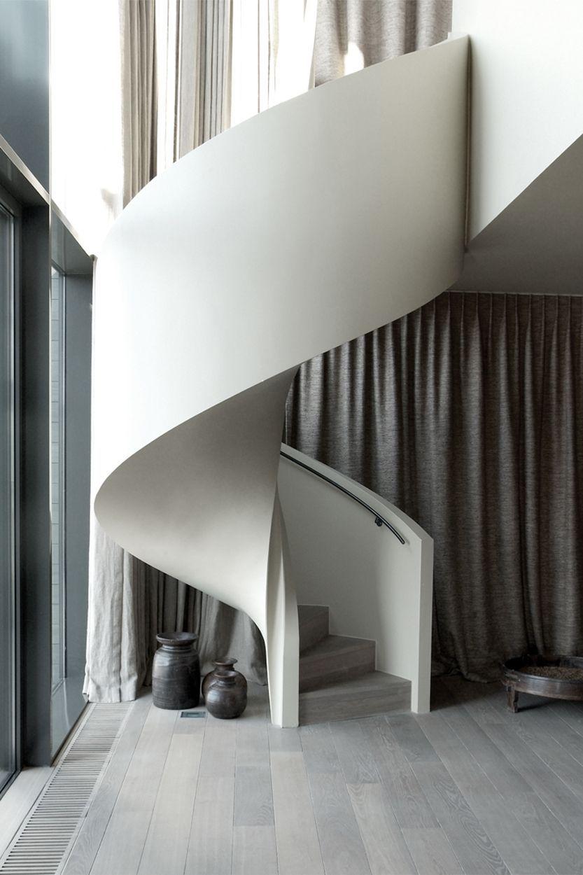 Escada e guarda-corpo de concreto