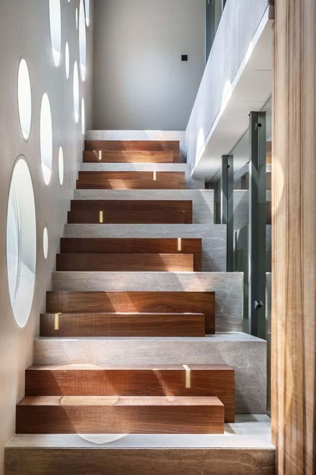 Escada que mescla degraus de vários tamanhos