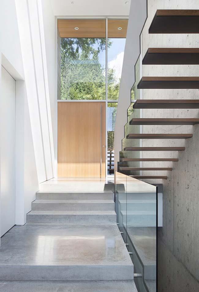 Escada em U começa em concreto e termina em madeira