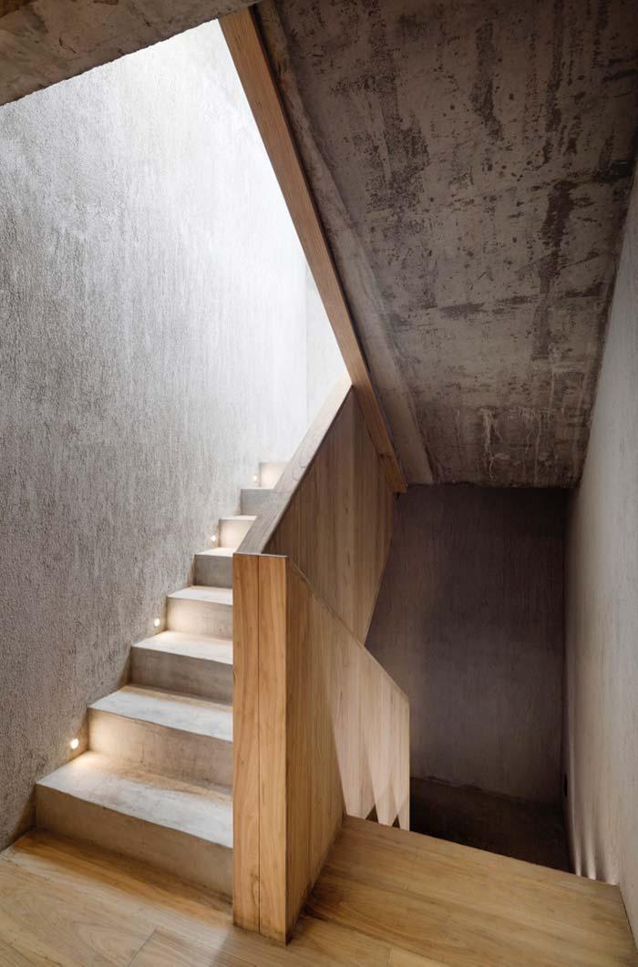 Escada de concreto com guarda-corpo de madeira