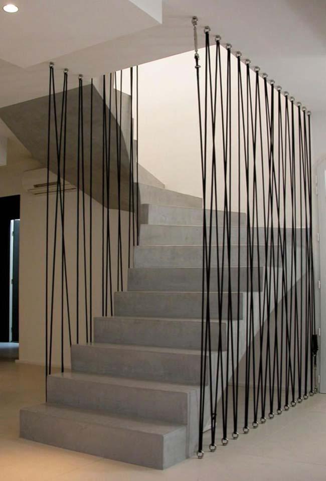 Escada de concreto com guarda-corpo