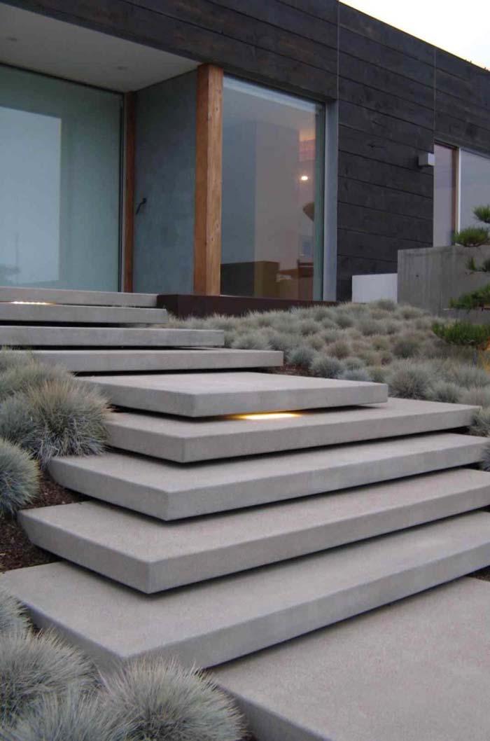 Escada de concreto na parte externa da casa
