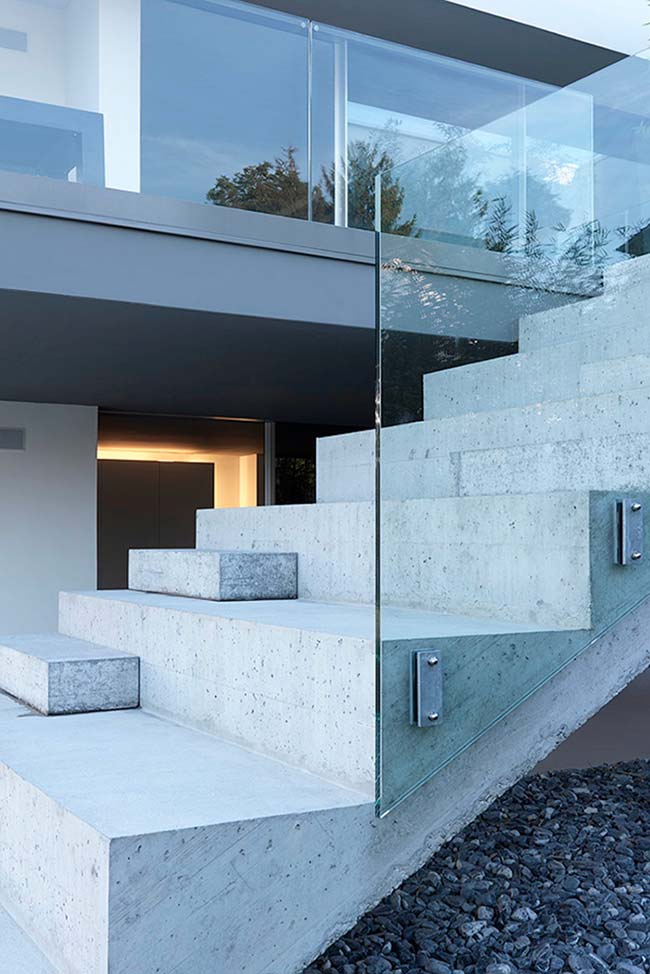 Degraus com diferentes alturas na escada de concreto