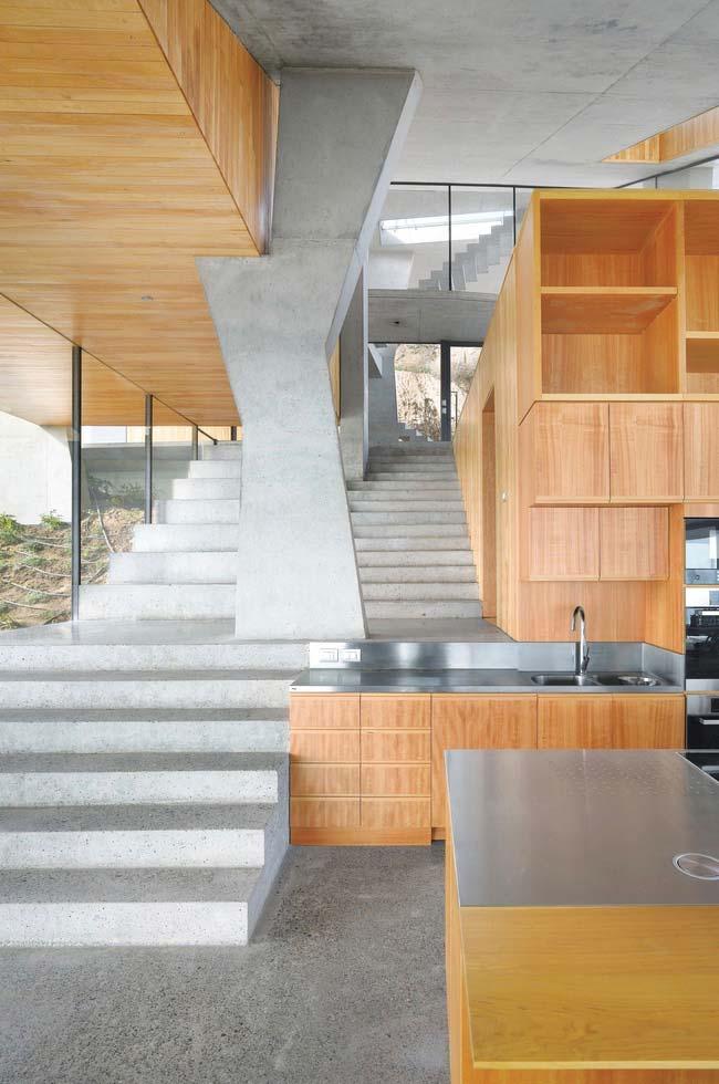 Escada de concreto e madeira