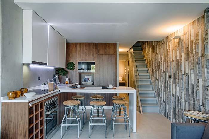 Escada reta de concreto com degraus altos