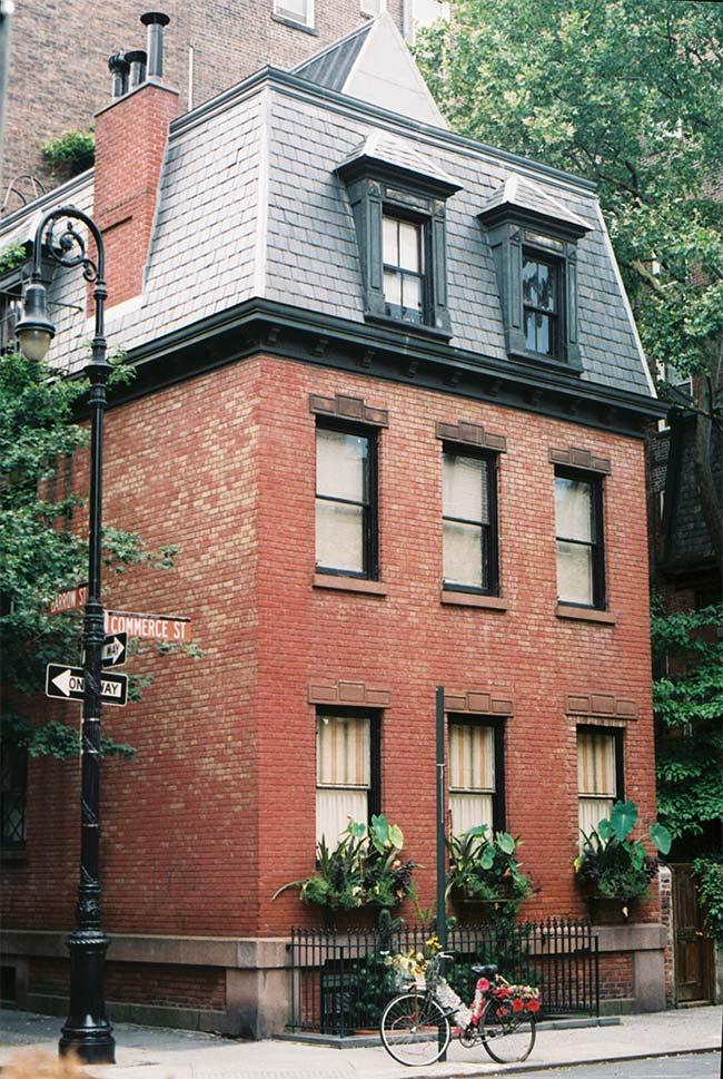 Casa de tijolinho com telhado Masarda