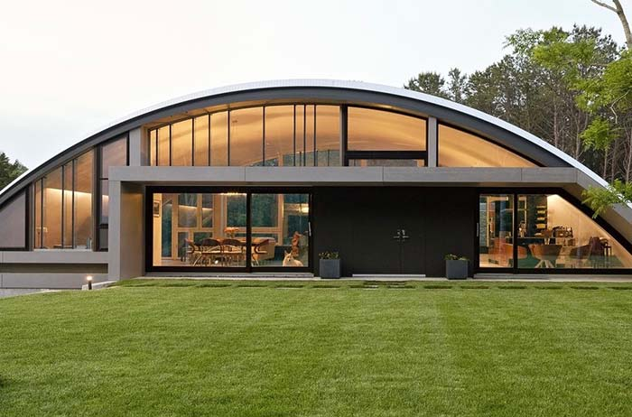 Telhado arqueado acompanha a estrutura da casa