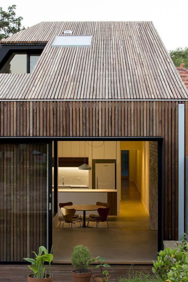 O mesmo padrão de madeira utilizado nas paredes foi usado para o telhado dessa casa