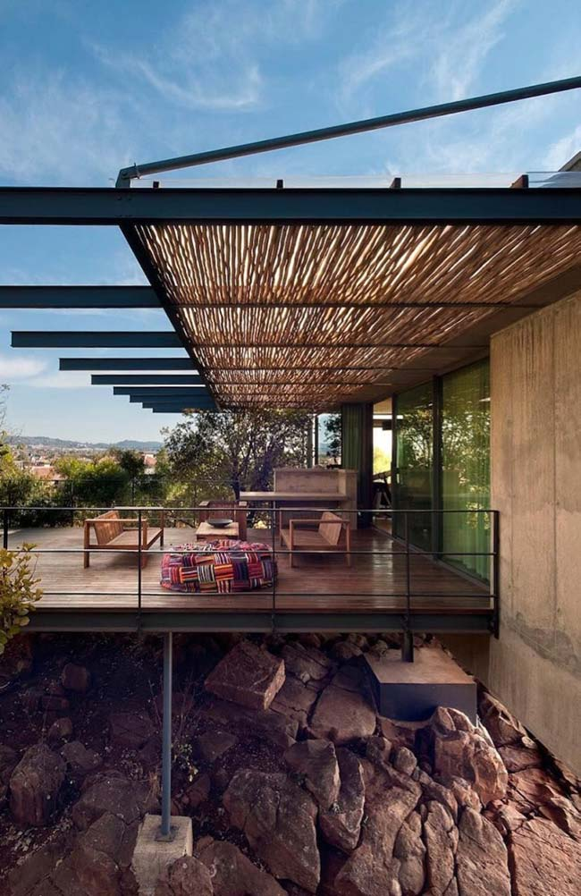 Cobertura com pergolado de madeira / bambu