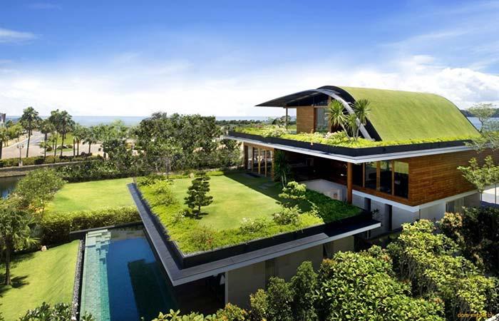 Casa com telhado arqueado e gramado