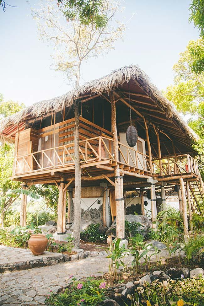 Telhado de palha na casa de madeira