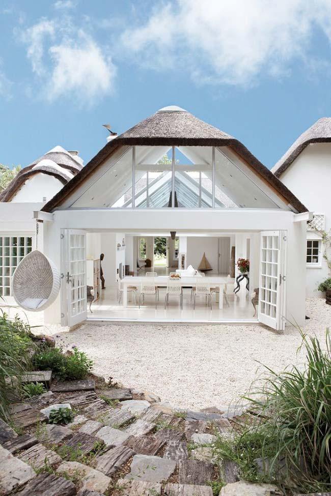 Casa moderna com telhado de palha