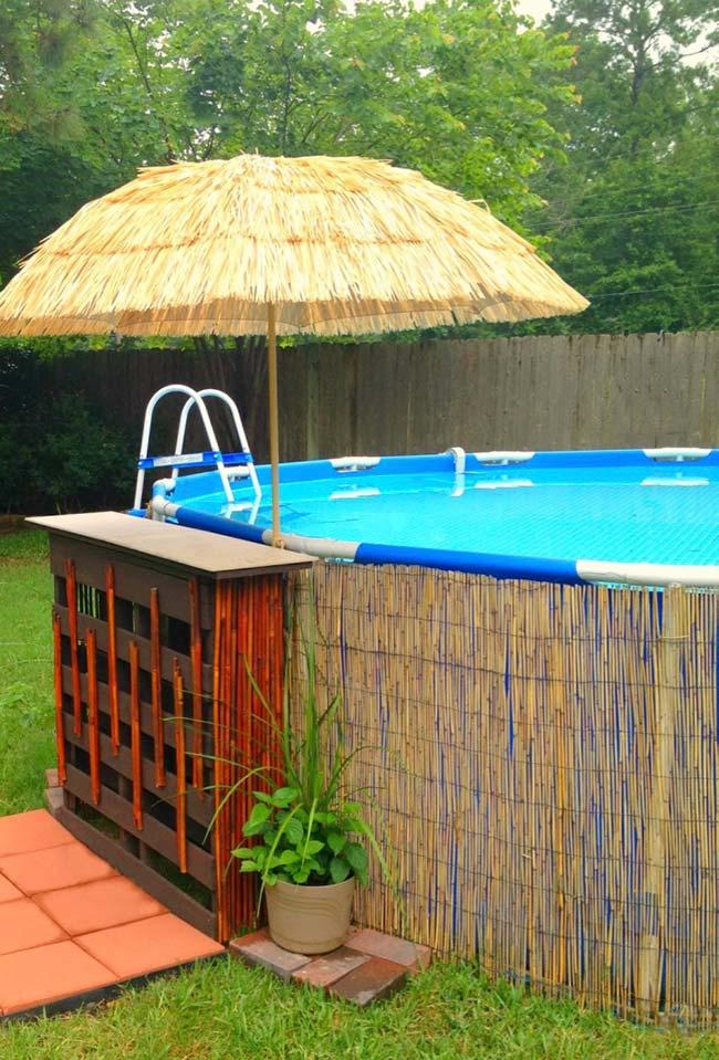 Escadinha de metal dá acesso à piscina
