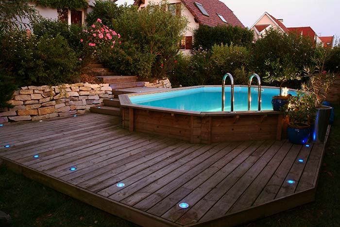 Luzes no deck para curtir a piscina a noite