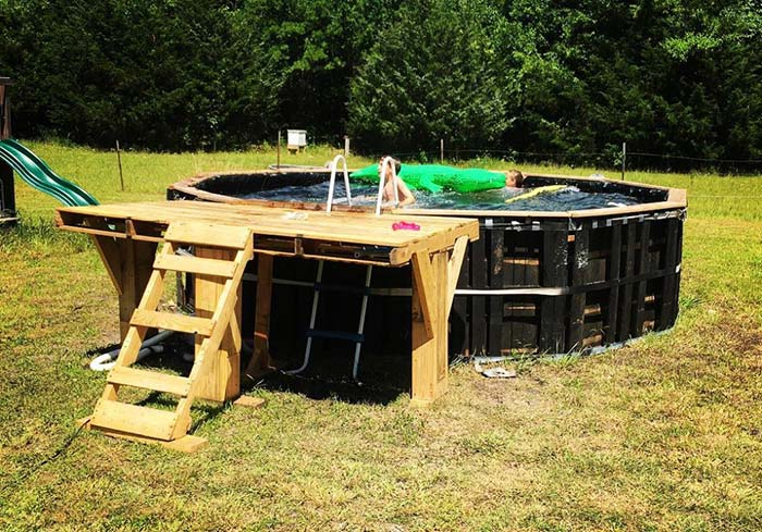 Pequeno deck para acesso a piscina de pallet