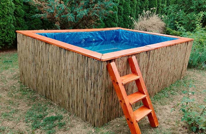 Acabamento final com tábuas laranjas na piscina de pallet
