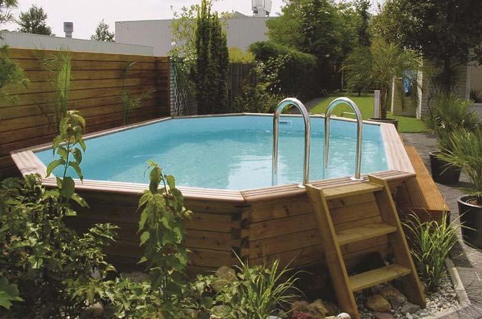Em volta da piscina, um jardim