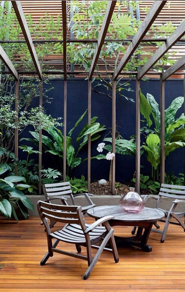 Verde das plantas em contraste com a madeira