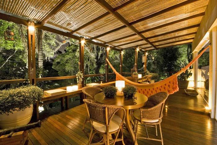 Iluminação da varanda de madeira durante a noite