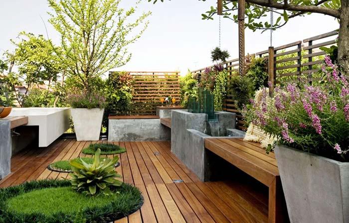Varanda de madeira com plantas