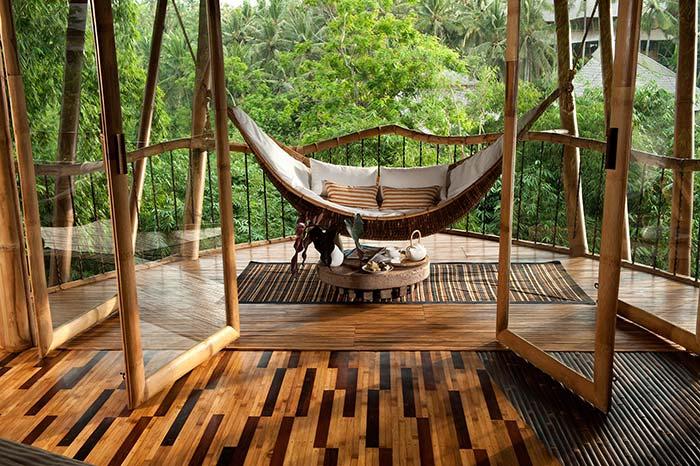 Bambu e madeira na varanda