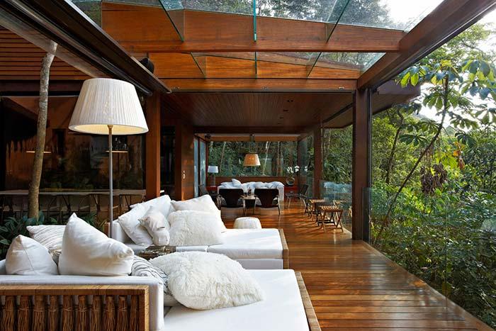 Vidro na varanda de madeira