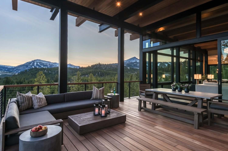 Sofás e bancos na varanda de madeira