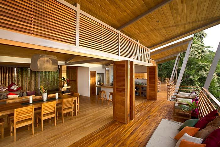 Cozinha unida a varanda de madeira