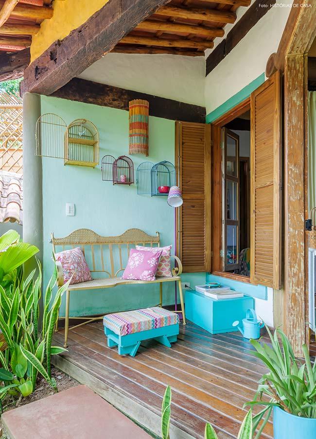 varanda de madeira simples e acolhedora
