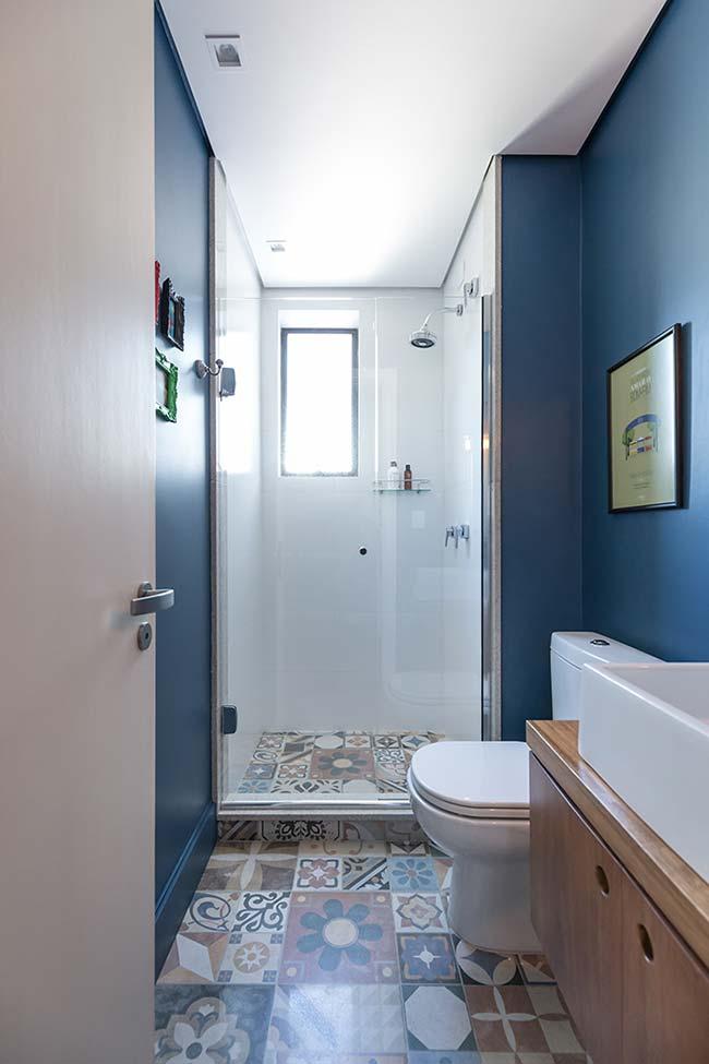 Azul das paredes em harmonia com os ladrilhos do piso