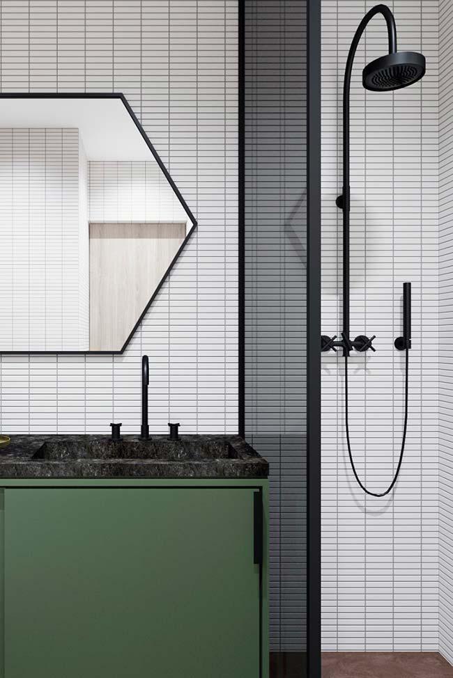 Espelho com moldura fina para banheiro pequeno decorado