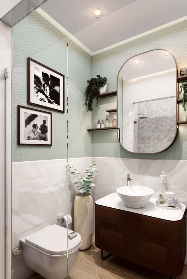 Prateleiras no banheiro pequeno decorado