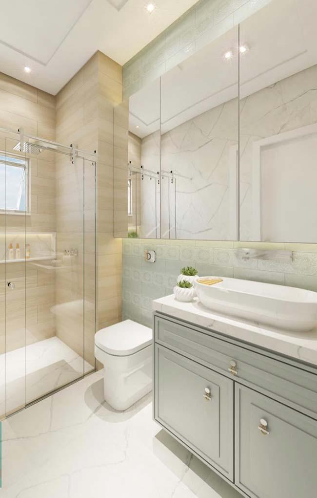 Espelho grande e sem moldura para criar profundidade e amplitude no banheiro