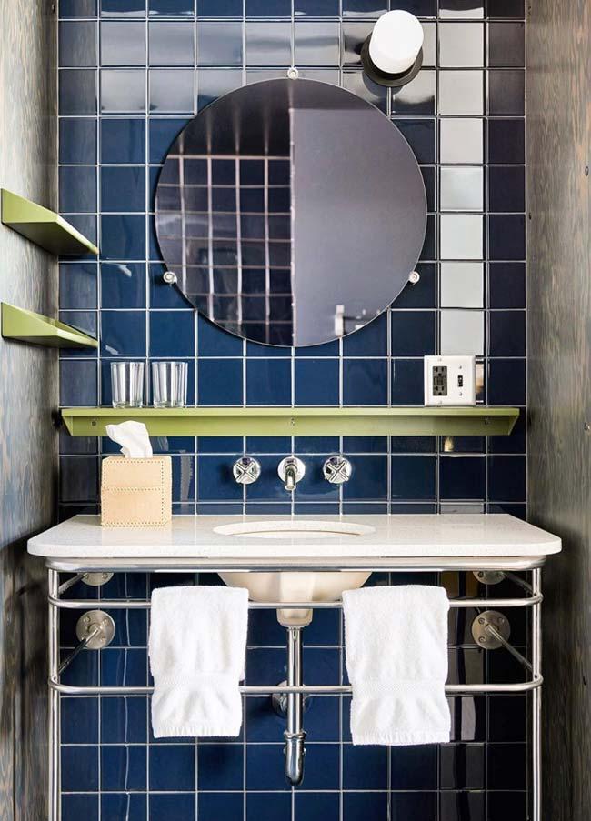 nesse banheiro, a bancada da pia serve também como suporte para as toalhas