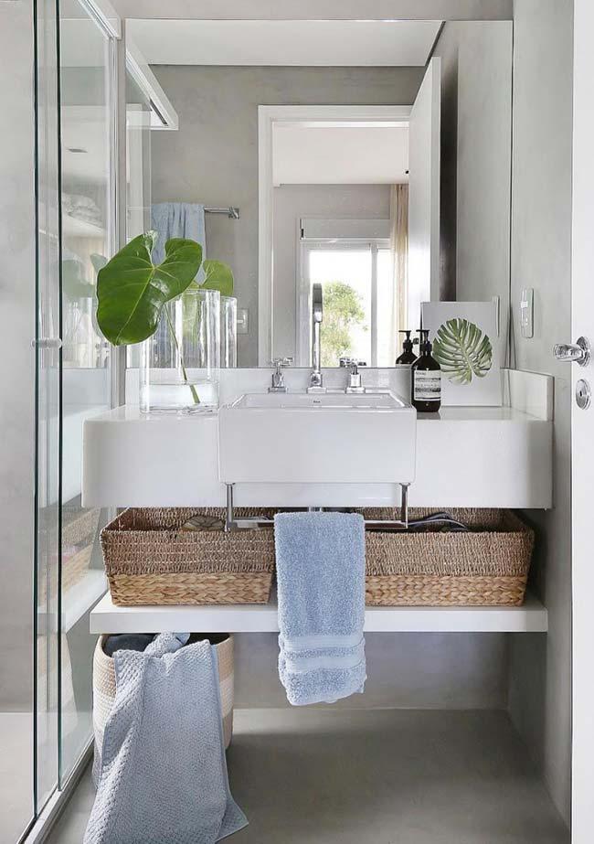 Cestos de vime também são ótimas opções para decorar e organizar o banheiro pequeno decorado