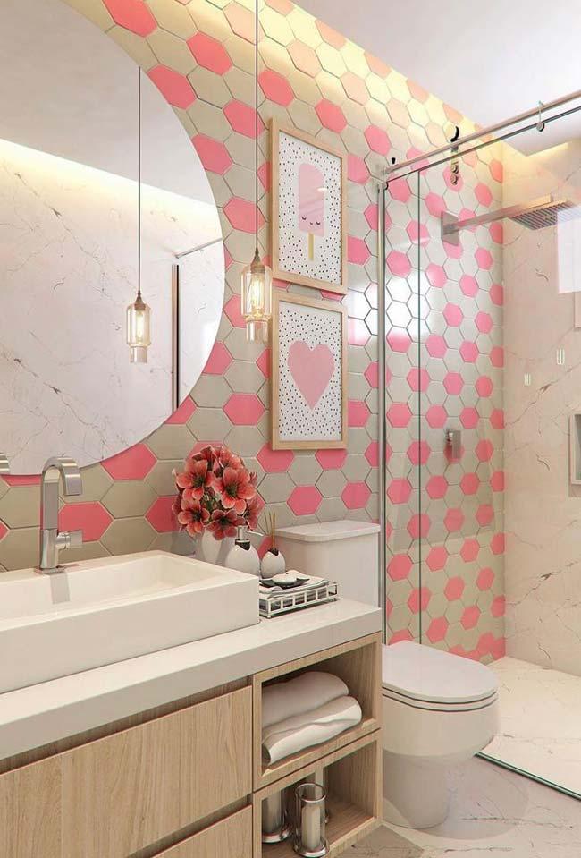 Ladrilho rosa e bege em banheiros pequenos decorados