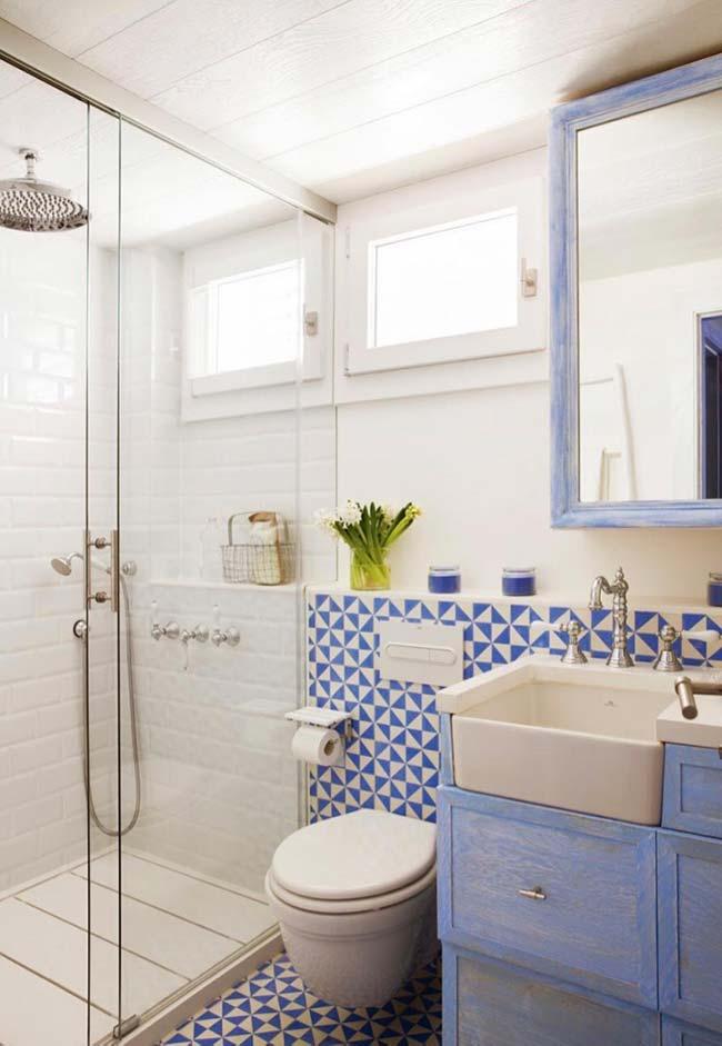 Tom suave de azul foi a cor escolhida para decorar o banheiro pequeno decorado