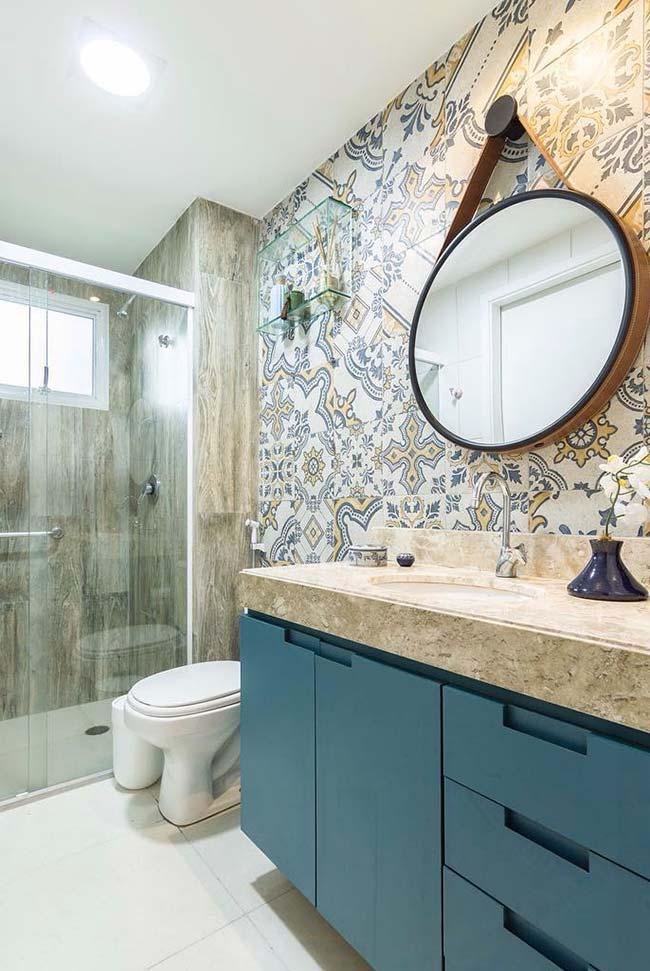Armário acompanha o formato do banheiro pequeno decorado